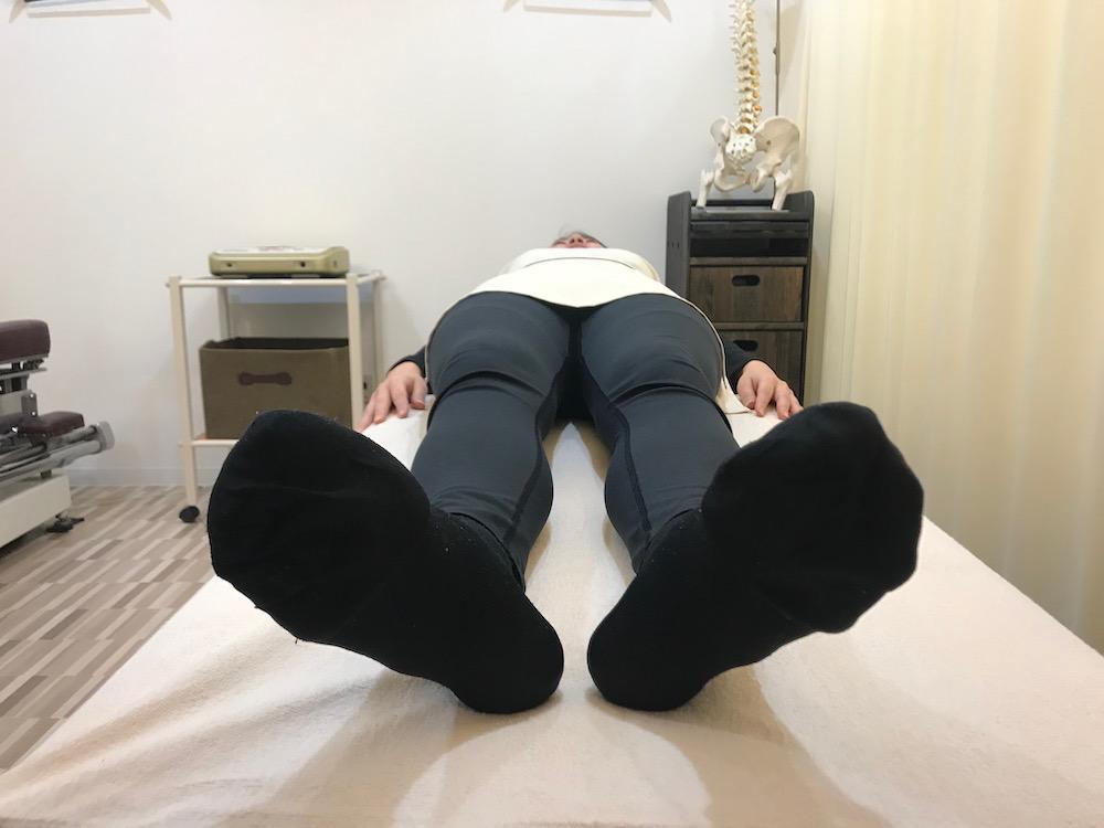 仰向きでの正常な脚の位置