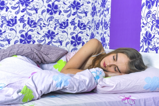 良い眠りに付いている女性
