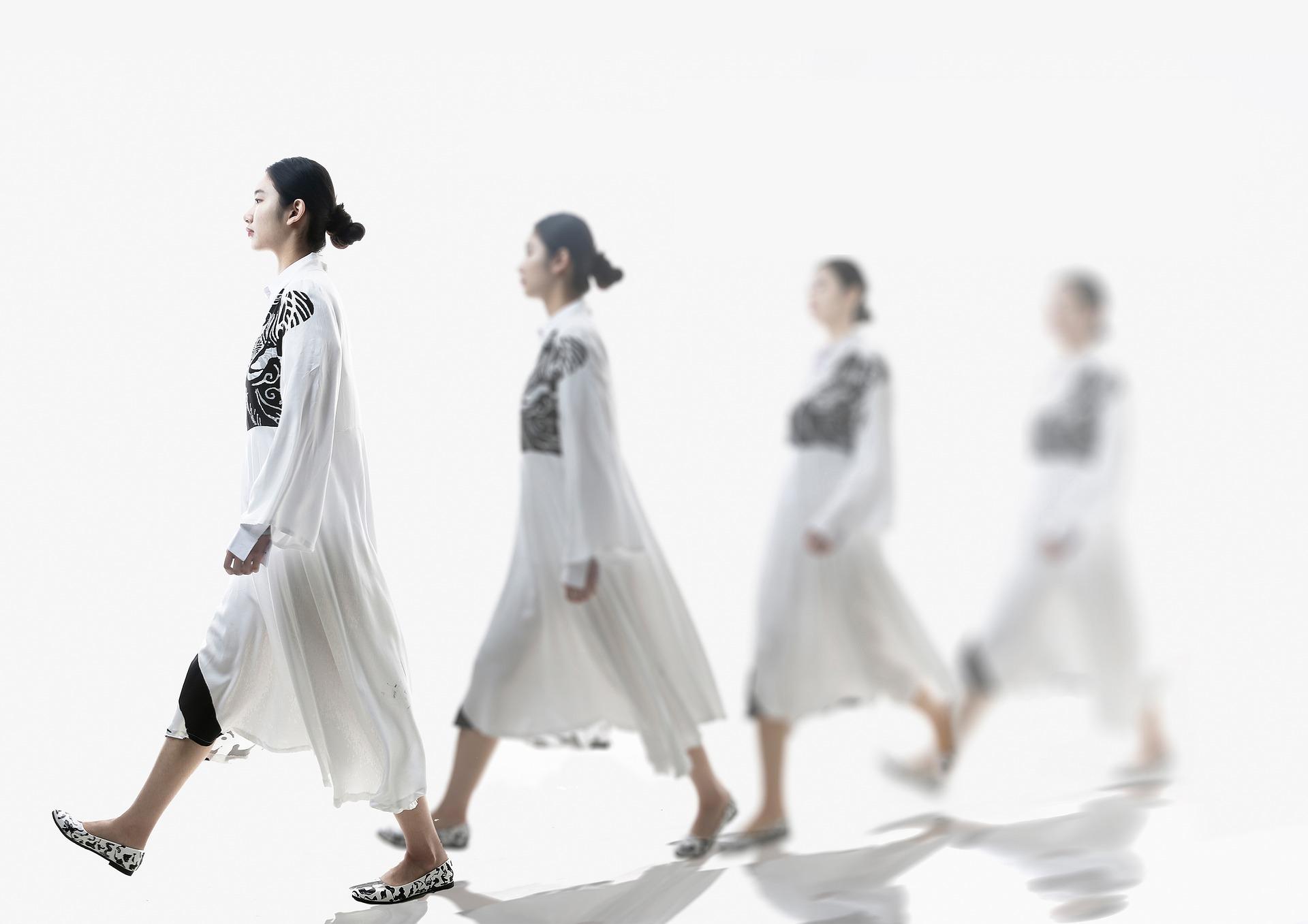 女性の歩く姿