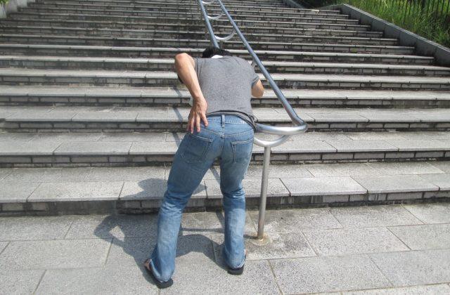 突然の腰痛に襲われる男性