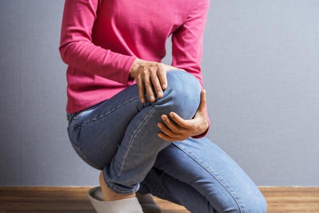 膝を曲げる女性